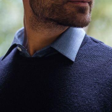 Pull bleu marine col rond en laine mérinos quadrillée