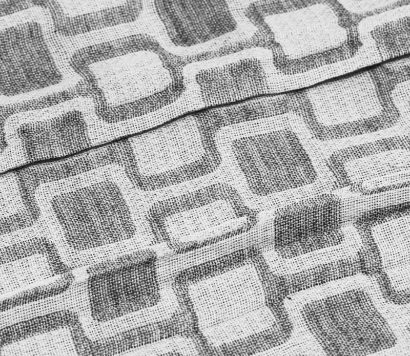 Echarpe gris clair à motifs carrés gris - Comptoir du Foulard 14e5203dcd9