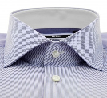 Chemise Hugo Boss blanche à fines rayures bleues col italien ouvert poignets simples coupe regular