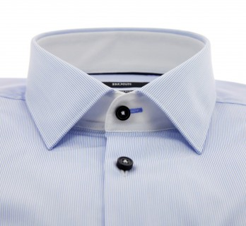 Chemise Hugo Boss blanches à fines rayures bleu ciel col italien poignets simples boutons noirs coupe slim