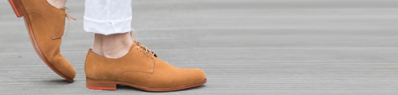 7b05291083f4 Afin d avoir une esthétique épurée, la forme traditionnelle de la chaussure  derby reste la même. Vous constaterez que les détails principaux ...