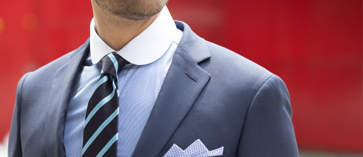 Cravate bleu marine à rayures bleu ciel