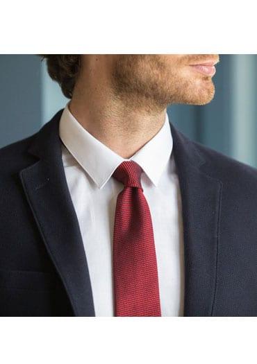 Cravate et pochette jaune pour illuminer un costume bleu